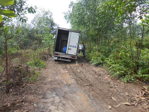 Một chiếc xr chở hàng đang bị lúng dưới ổ voi trên đường