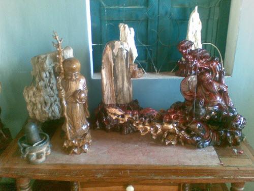 Nhà anh có rất nhiều sản phẩm gỗ và đá quý